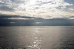 Mer par jour de nuage Image libre de droits