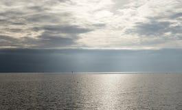 Mer par jour de nuage Photo libre de droits
