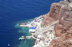Mer par les roches à Oia, Santorini Photos stock