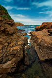 Mer parmi les roches Photo libre de droits