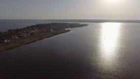 Mer, petite ville sur le bord de la mer, ville sur la côte du bord de la mer clips vidéos