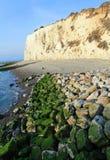 Mer, pierres et falaises dans le Mers-les-Bains photographie stock libre de droits