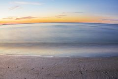 Mer, plage pendant le matin images stock