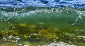 Mer/ressac se cassant à la plage Photographie stock