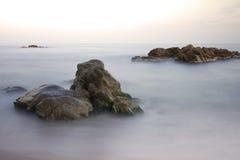 Mer, roches et algues vertes Photos stock