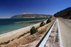 Mer, route, plage, mountans Image stock