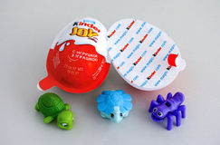 Mer snäll glädjeägg med tre mer snälla leksaker Arkivfoton