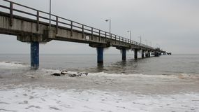 Mer sombre en hiver avec le long pont d'Olnely Photos libres de droits