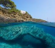 Mer sous-marine rocheuse de formation de côte et de roche image stock