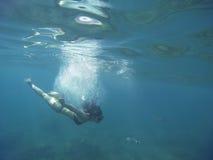Mer stupéfiante de turquoise avec une plongée à l'air de jeune femme Photographie stock