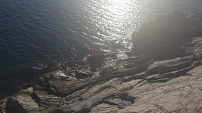 Mer sur la roche banque de vidéos