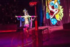 Mer tamer i cirkusen och hans charmiga assistent i dragning Fotografering för Bildbyråer