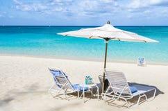 Mer tropicale abandonnée de plage et de turquoise photographie stock libre de droits