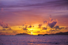 Mer tropicale au temps de coucher du soleil, Thailsnd Image libre de droits