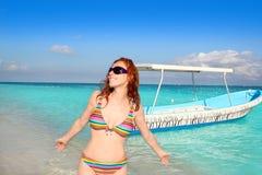 Mer tropicale de lunettes de soleil de touristes de plage de bikini Image stock