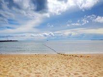 Mer tropicale sous le ciel bleu à Pattaya Image libre de droits