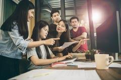 Mer ung möte för asiatfrilanslag för projektlösningen i hom Royaltyfri Foto