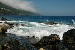 Mer, vague déferlante, ondes, pierres, jet Photo libre de droits