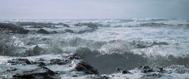 Mer, vagues moyennes, rivage rocheux photo libre de droits