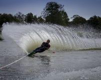 Mer waterskier slalom Arkivfoton