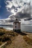 Mera灯塔看法在峭壁的在Spai大西洋海岸  免版税库存图片