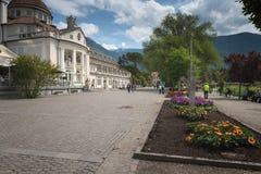 Meran Merano, Italië - een hoofdstraat van de stad met toeristen stock fotografie