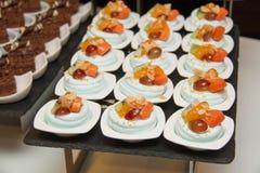 Merangue a complété avec le fruit mélangé Photo libre de droits