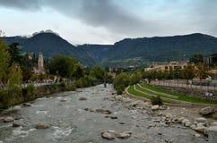 Merano-flod förbipasserande som är skattskyldig av Adigen, Italien Royaltyfri Foto