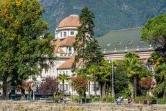 Merano in Süd-Tirol, eine schöne Stadt von Trentino Alto Adige, Ansicht über die berühmte Promenade entlang dem Passirio-Fluss It Lizenzfreie Stockfotos