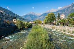 Merano in Süd-Tirol, eine schöne Stadt von Trentino Alto Adige, Ansicht über die berühmte Promenade entlang dem Passirio-Fluss It Stockfoto