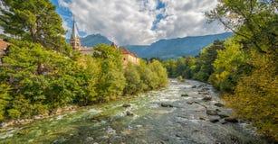Merano in Süd-Tirol, eine schöne Stadt von Trentino Alto Adige, Ansicht über die berühmte Promenade entlang dem Passirio-Fluss It Stockbilder