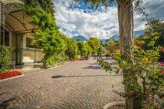 Merano in Süd-Tirol, eine schöne Stadt von Trentino Alto Adige, Ansicht über die berühmte Promenade entlang dem Passirio-Fluss It Stockfotografie