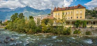 Merano in Süd-Tirol, eine schöne Stadt von Trentino Alto Adige, Ansicht über die berühmte Promenade entlang dem Passirio-Fluss It Lizenzfreies Stockbild