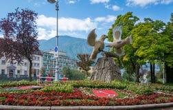 Merano in Süd-Tirol, eine schöne Stadt von Trentino Alto Adige, Ansicht über die berühmte Promenade entlang dem Passirio-Fluss No Stockfotografie