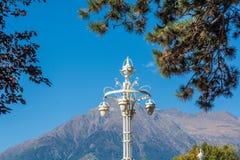 Merano in Süd-Tirol, eine Stadt von Trentino Alto Adige, Ansicht über die berühmte Promenade entlang dem Passirio-Fluss Typische  Lizenzfreie Stockbilder