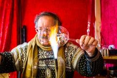 Merano, Süd-Tirol, Italien - 16. Dezember 2017: Ein Mann macht Glasweihnachtsbälle am Merano-Weihnachtsmarkt Lizenzfreie Stockbilder