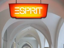 Merano, Trentino, Italië 01/06/2011 Insignes van de ESPRIT-kledingsketting royalty-vrije stock foto
