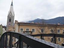 Merano, Trentino, Itali? 01/06/2011 Ijzerbrug en stadsstraat royalty-vrije stock fotografie