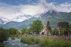 Merano, una bella città nelle montagne alpine del Tirolo del sud fotografie stock
