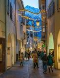 Merano under jultid i aftonen, Trentino Alto Adige, nordliga Italien royaltyfri foto
