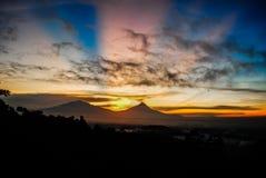 Merapi-Vulkan in Jawa Tengah während des Sonnenaufgangs Stockbilder