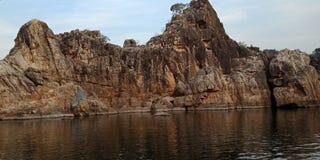 Meravigli la roccia o la montagna con il maa Narmada, Jubbulpore India del fiume immagine stock libera da diritti