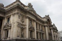 Meraviglia architettonica di una costruzione a Bruxelles con la colonna e la s fotografia stock libera da diritti
