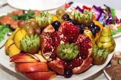 Meravigliosamente ha servito i frutti differenti si trovano su un piatto immagine stock