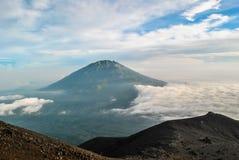 Merbabu-Berg bedeckt im Nebel Stockbild