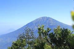 Merbabu berg från Mt Merapi Royaltyfri Bild