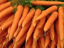 Mercado al aire libre en París con las zanahorias frescas Imágenes de archivo libres de regalías