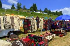 Mercado al aire libre rayado colorido de las mantas y de los frisos fotografía de archivo
