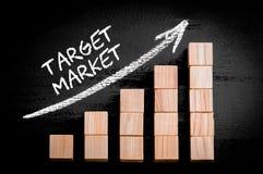 Mercado-alvo das palavras na seta de ascensão acima do gráfico de barra Imagens de Stock Royalty Free
