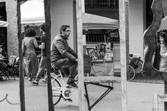 Mercado artesanal, espejos en la calle con la reflexión de la gente Foto de archivo